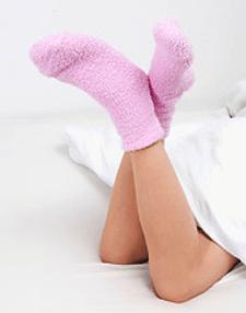 Frau mit Baumwollsocken an den Füßen